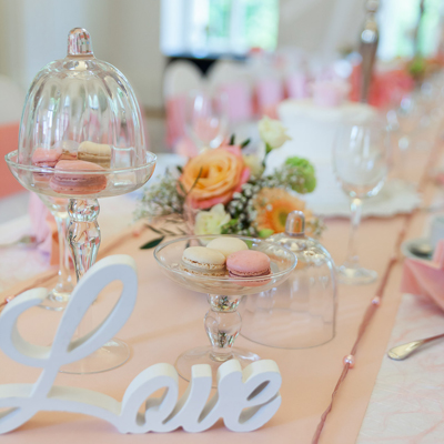 festlich geschmückter Tisch zur Hochzeitsdekoration