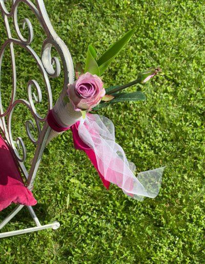 Blumendekoration an einem Stuhl zur freien Trauung