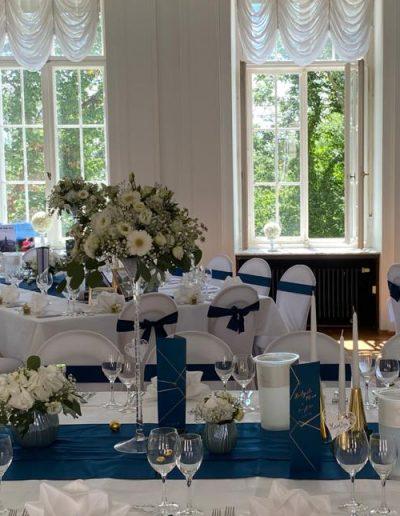Hochzeitsdekoration dunkelblau und gold im Stil der Hochzeitseinladungen