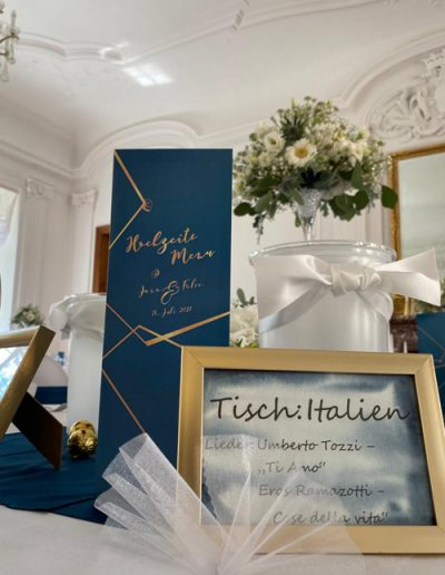Menükarte in dunktelblau und gold im Stil der Hochzeitseinladungen