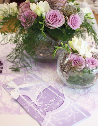 Menükarte auf Hochzeitstafel in flieder im Stil der Hochzeitseinladungen