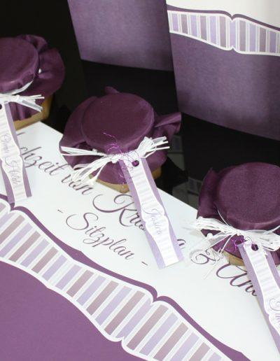 Menükarte und Gastgeschenke für Hochzeit in lila im Stil der Hochzeitseinladungen