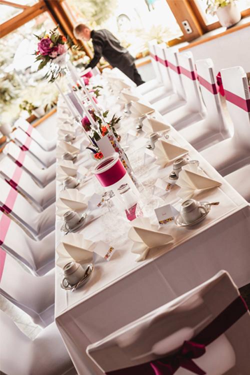 Tischkedoration im Stil der Hochzeitseinladungen