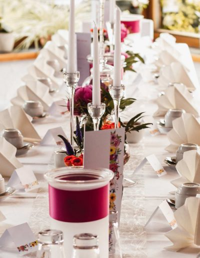 im Stil der Hochzeitseinladungen Hochzeitstafel mit Namenskarten und Menükarte