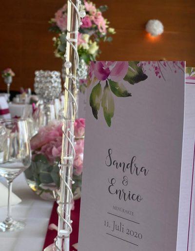 Menükarte auf Hochzeitstafel rosa im Stil der Hochzeitseinladungen