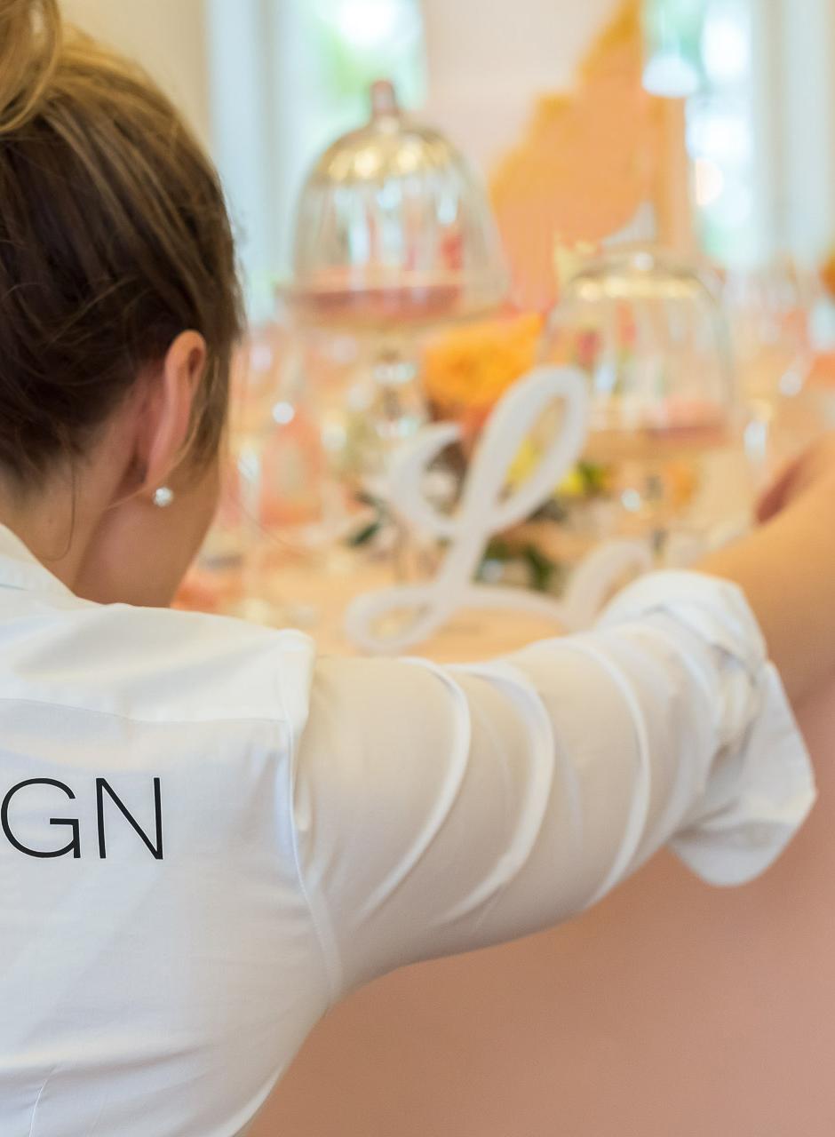 Nancy Uhlig beim dekorieren einer Hochzeitstafel
