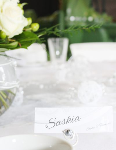 Namenskarte auf einer Hochzeitstafel im Stil der Hochzeitseinladungen