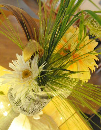Saisonale Dekoration mit gelber Gerbara