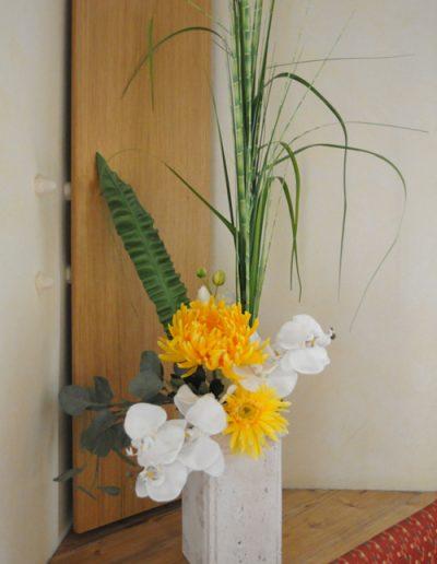 Saisonale Dekoration mit Gräsern und Orchideen