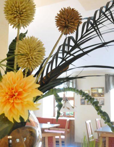 Saisonale Dekoration mit großer Glasvase