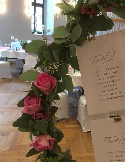 Sitzplan für Hochzeit mit Rosendekoration