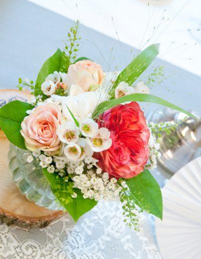 Blumendekoration in kleiner Glasvase