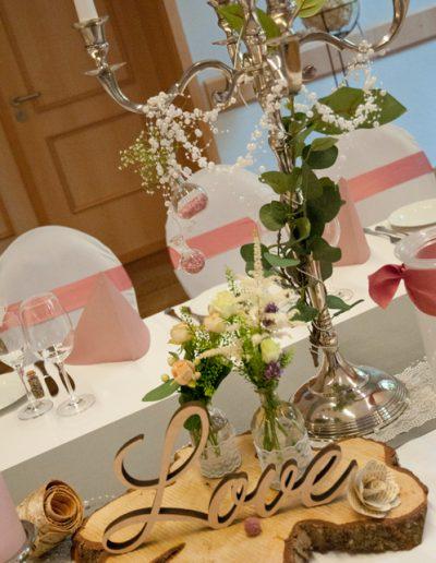 Tischdekoration mit Holzschriftzug Love