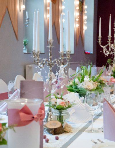 Hochzeitstafel Vintage mit silbernen Kerzenständern