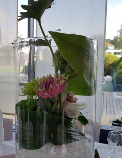 Florale Tischdekoration mit Dekoananas von FeinDesign Hochzeitsdekoration