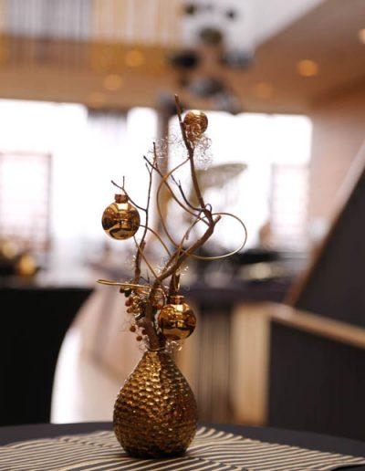 goldene Vase mit Weihnachtskugeln