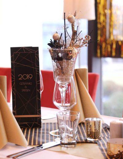 schwarz goldene Tischdekoration