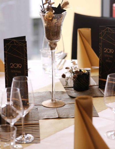 schwarz goldene Tischdekoration mit Menükarten